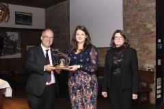 Ann Cathrin Riedel nimmt den For..Net-Award 2019 für Valerie Mocker entgegen