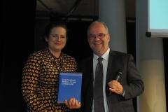 Ann Cathrin Riedel und Prof. Dirk Heckmann bei der Verleihung der Buchpreise aus der Tombola